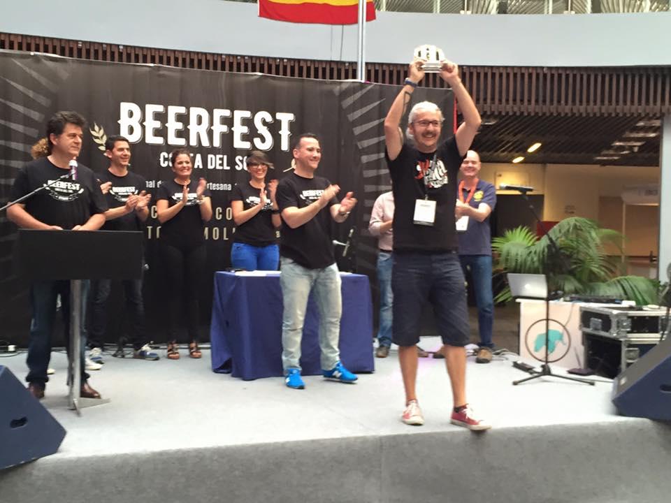 Javier recogiendo el premio por La Axarca en el Beer Fest de Torremolinos 2016