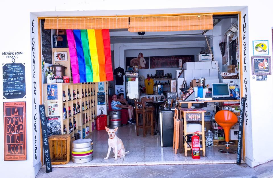 Celebrando el Día del Orgullo en el garaje de la Calle San Sebastián de Frigiliana