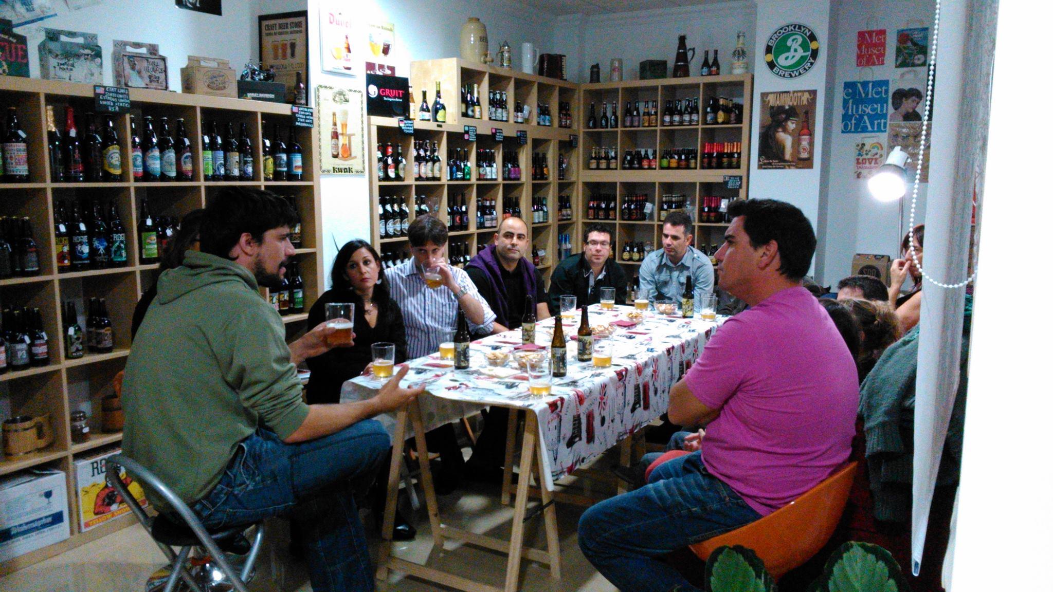 Catando cervezas SON con Paco Lucena en el año 2013 en la tienda de la calle Los Huertos de Nerja